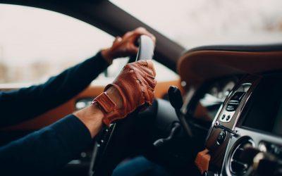 4 razones para usar guantes de conducir